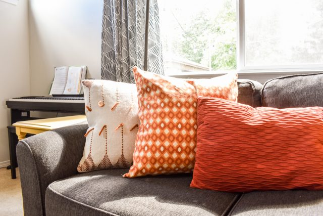DIY Easy Throw Pillow Covers From JessicaWellingInteriors.com -- Slayathomemother.com