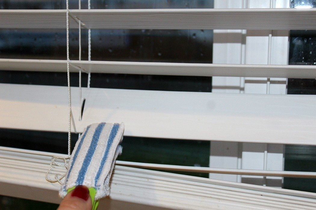 Easy-Tips-To-Deep-Clean-Your-Windows-Blind-Cleaning-Tool-In-Use