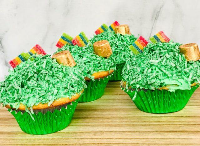 St-Patricks-Day-Cupcakes-from SavvyMamaLifestyle.com -- SLAYathomemother.com