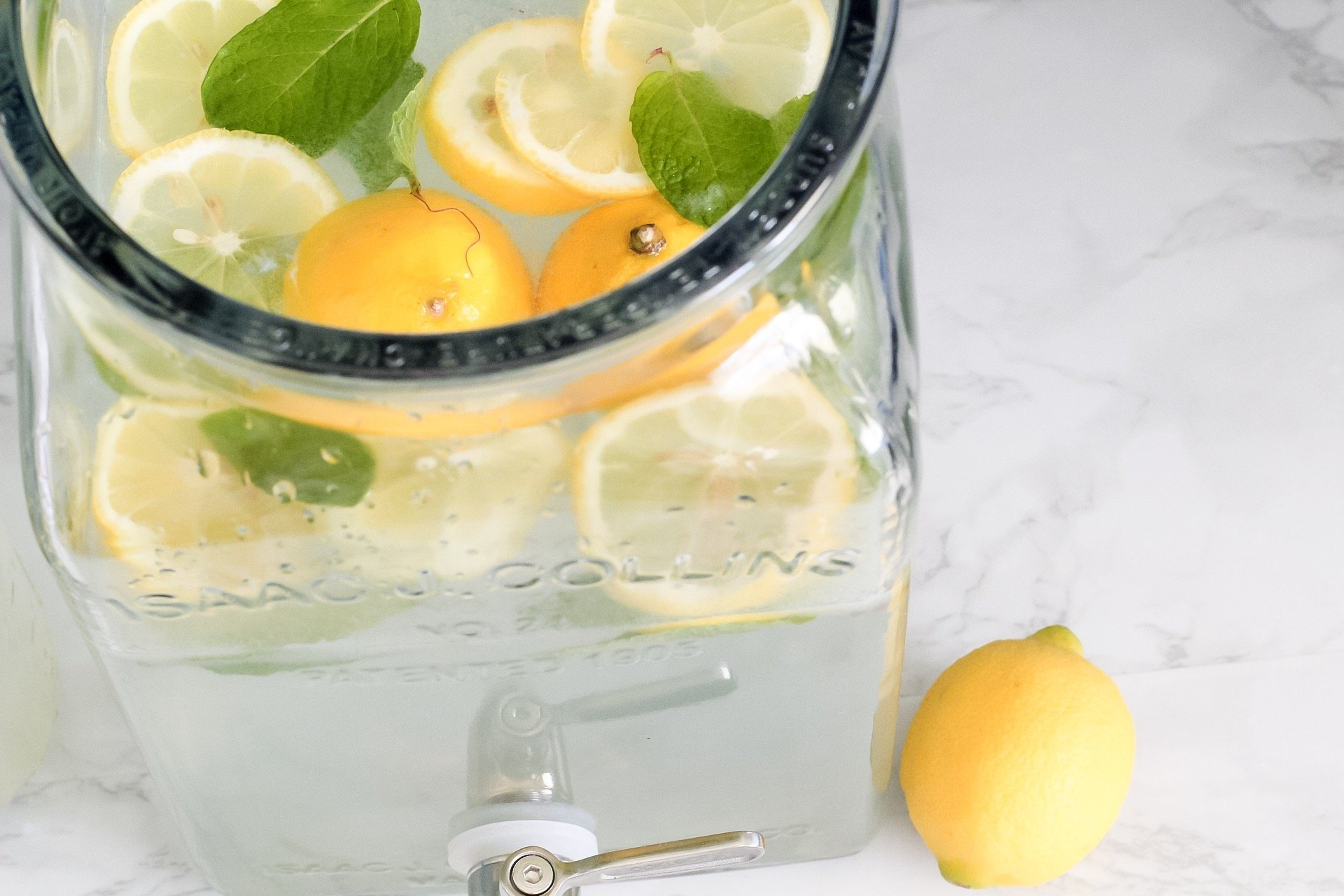 refreshing mint lemonade in a mason jar with fresh lemon slices and sprigs of mint
