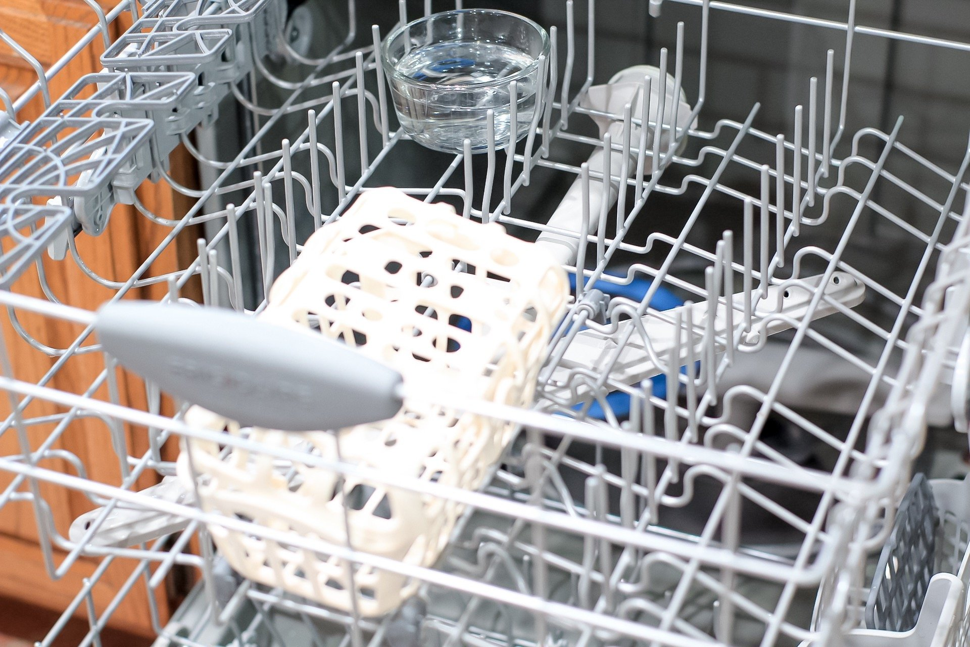 bowl of vinegar in top rack of dishwasher