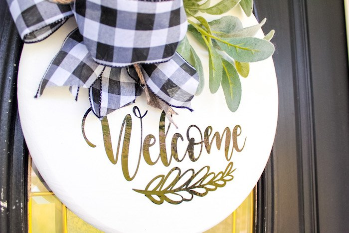 finished round wood farmhouse welcome sign